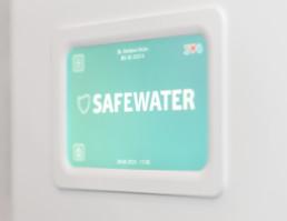 Das Safewater Siegel für Wasserhygiene hängt in der Praxis von Dr. Muhs aus.